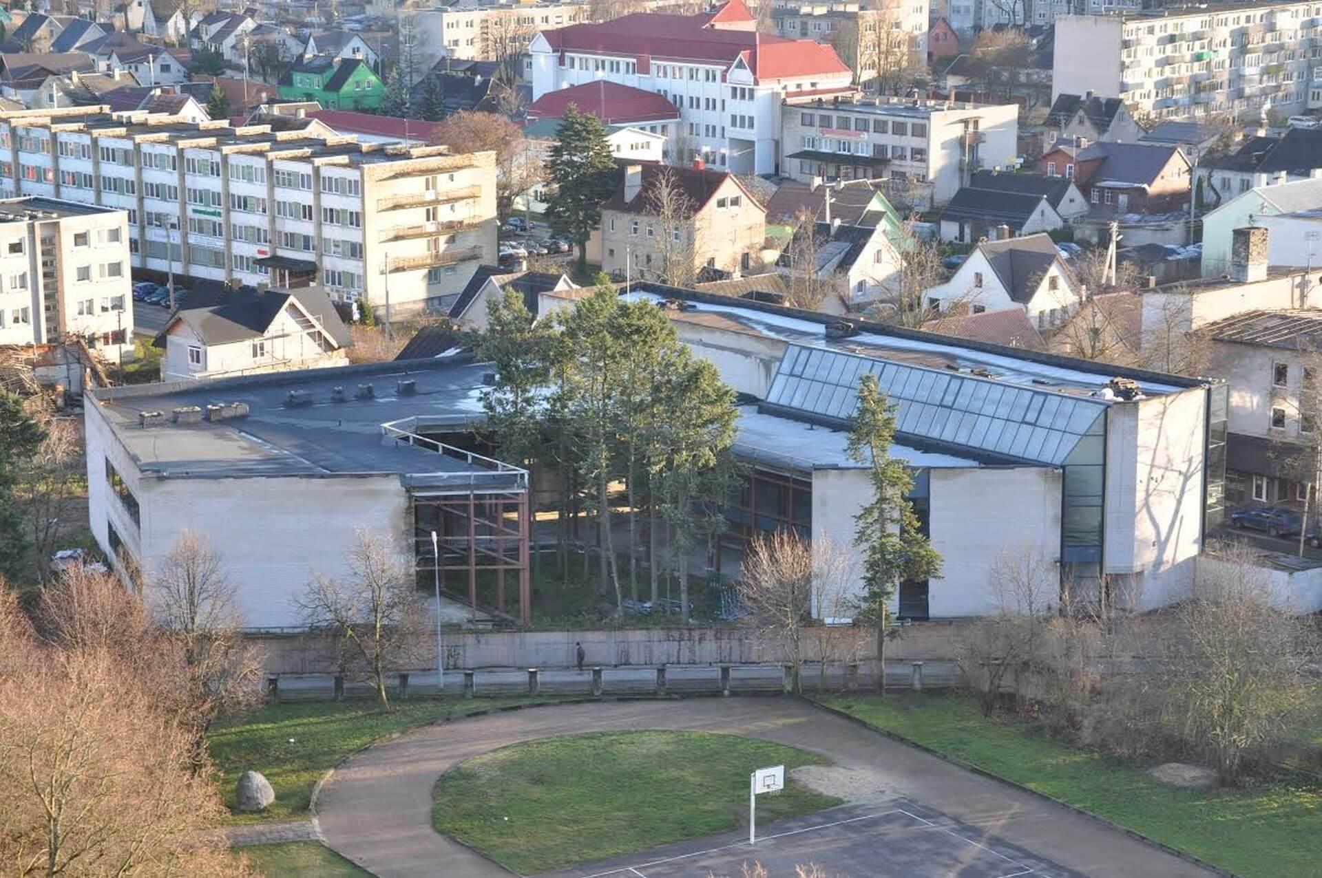 Kretingos rajono savivaldybės M. Valančiaus viešoji biblioteka. Vaizdas nuo bažnyčios bokšto