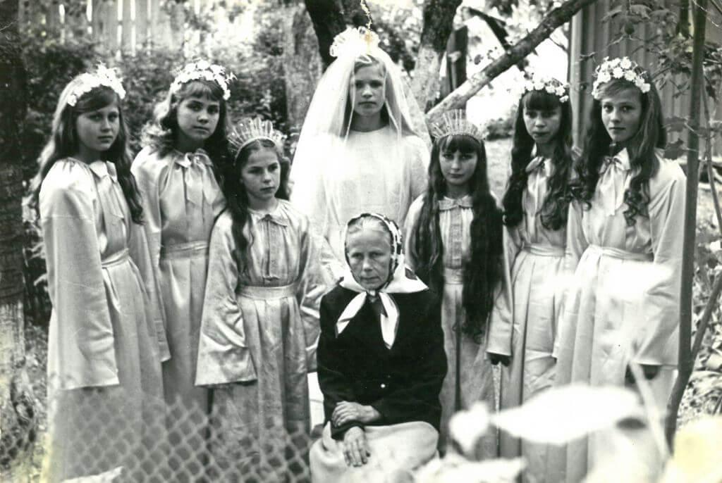 Barbora Jankauskaitė. Po atlaidų prie Grūšlaukės bažnyčios, 1975 m.