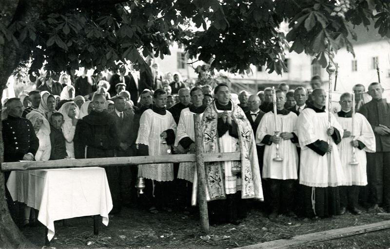 Kretingos pranciškonų ordino gimnazijos kertinio akmens šventinimas. Kretingos pranciškonų vienuolyno gvardijonas T. Augustinas Dirvelė (priekyje viduryje)