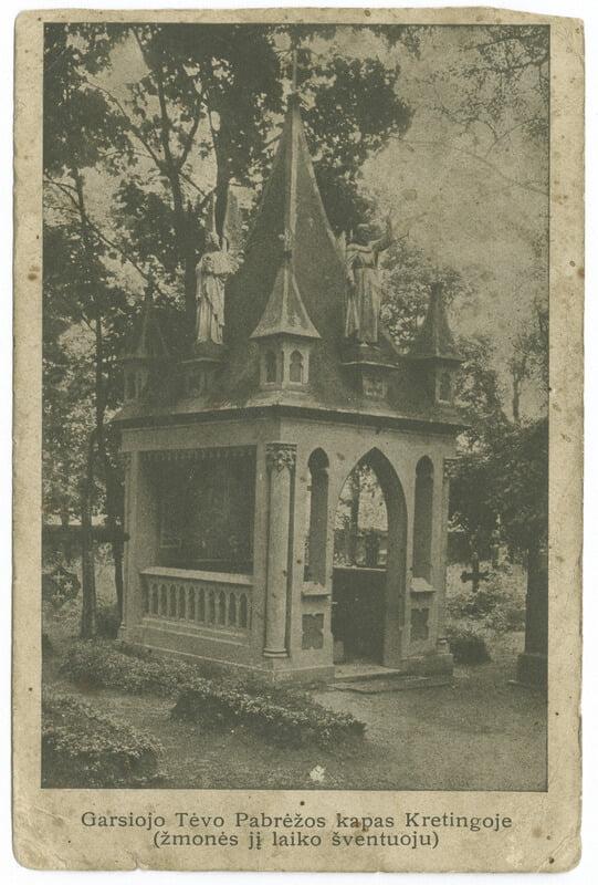 Garsiojo Tėvo Pabrėžos kapas Kretingoje (žmonės jį laiko šventuoju): atvirukas