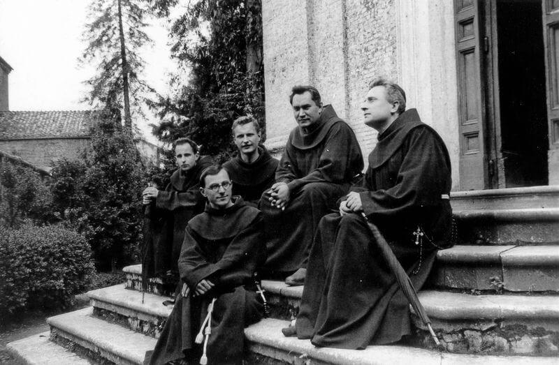 Tėvas Augustinas Dirvelė (antras iš dešinės) su pranciškonais klierikais