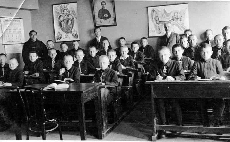 Kretingos Šv. Antano kolegijos rektorius T. Augustinas Dirvelė ir Pranciškonų gimnazijos direktorius Vaclovas Šliogeris pamokoje su moksleiviais