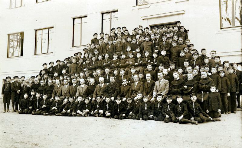 Kretingos pranciškonų ordino gimnazijos moksleiviai ir pedagogai. A. Dirvelė antroje eilėje iš dešinės 8-as